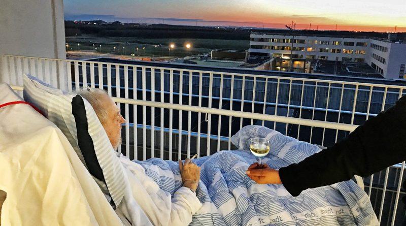 L'ospedale trasgredisce le regole e realizza l'ultimo desiderio del paziente terminale: Sigaretta, Vino e Tramonto
