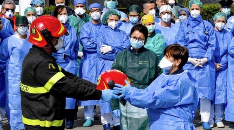 """Napoli, i Vigili del Fuoco omaggiano gli operatori sanitari del """"Cardarelli"""""""