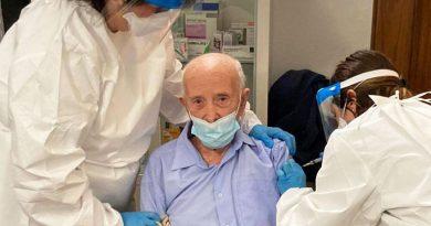 """Covid: a 103 anni riceve il vaccino, ma finisce sotto attacco dagli """"haters"""" della rete."""